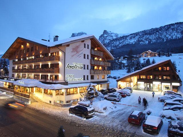 Ladinia hotel appartamenti centri benessere a badia bolzano offerta prenotazione - Residence val badia con piscina ...